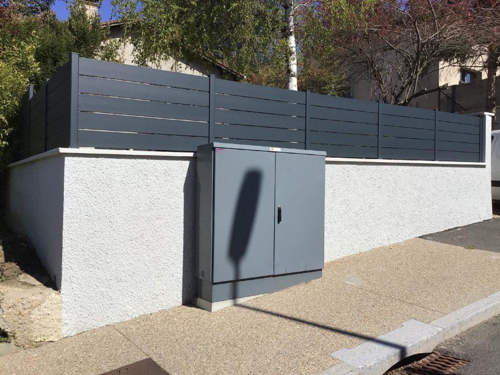 Réalisation d'une clôture occultante en aluminium gris anthracite satiné sur une maison individuelle à Fareins dans l'AIN