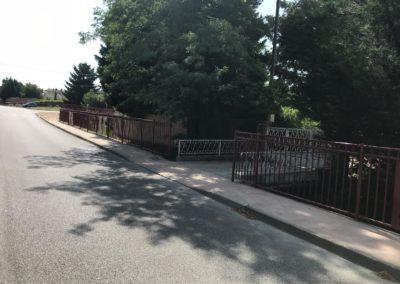 Réalisation des trottoirs en béton coloré, avec barreaudages à Jassans-Riottier, rue du Marmont