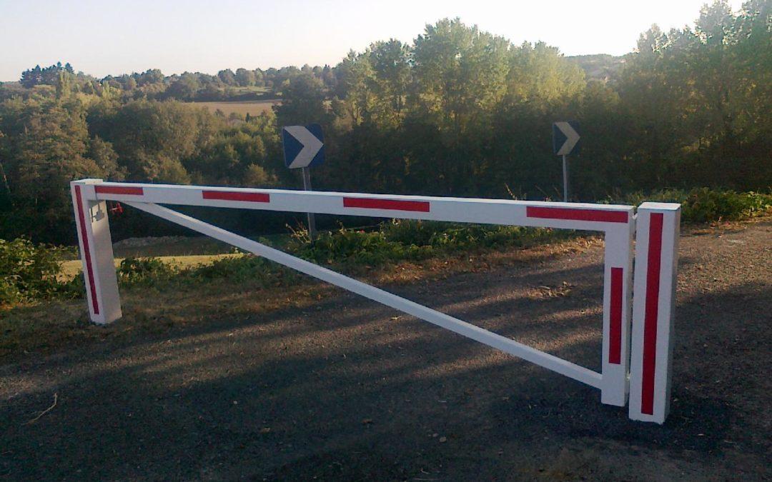 Installation d'une barrière sur le chemin communal de Toussieux dans l'AIN pour le filtrage voitures