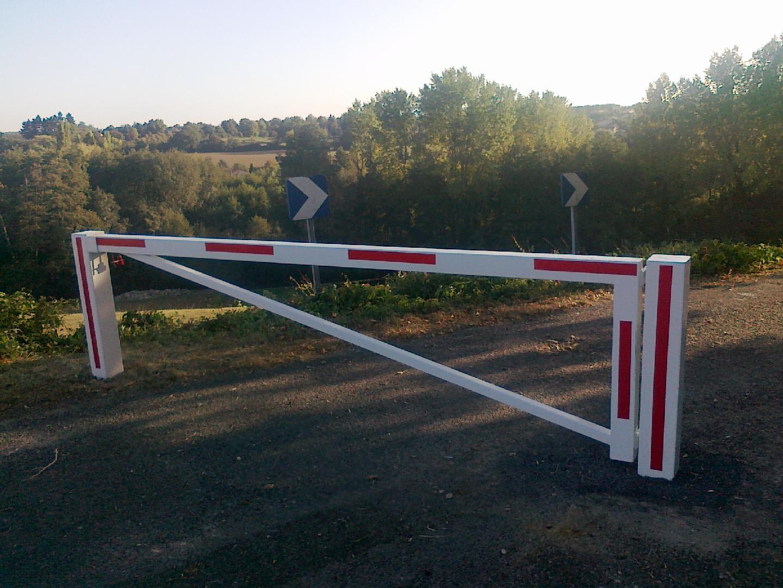 Pose d'une barrière sur le chemin communal de Toussieux dans l'AIN pour le filtrage voitures