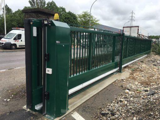Chassieux, fabrication d'un portail industriel coulissant autoportant de grande longueur.