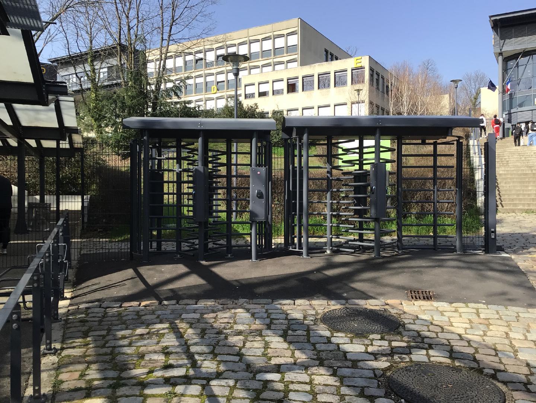 contrôle accès Oullins école citée Chabrière tourniquets acier