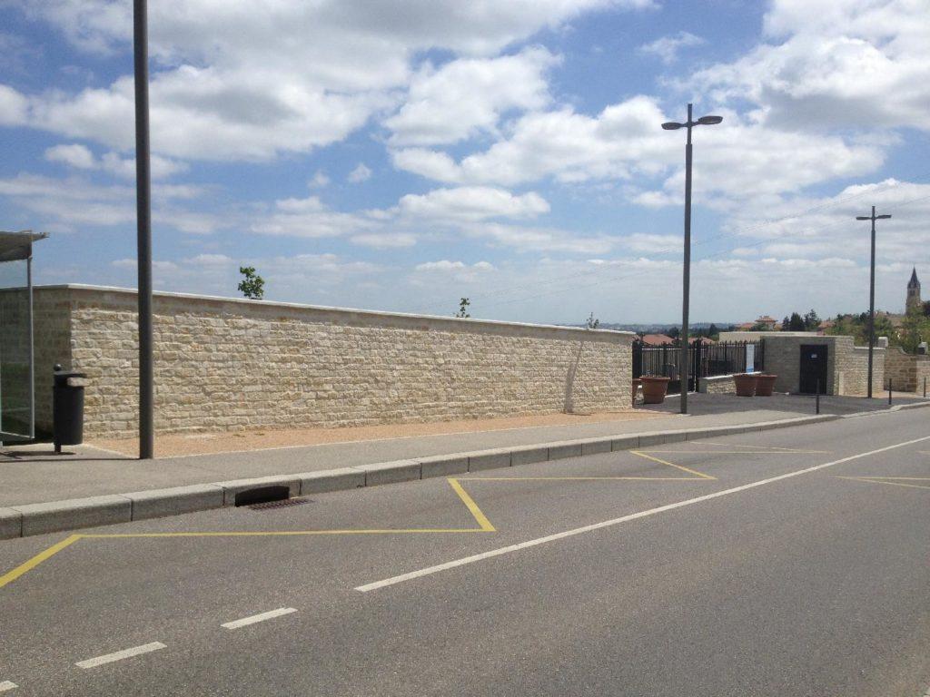 À Dardilly, Réalisation du mur enceinte et clôture du cimetière paysager