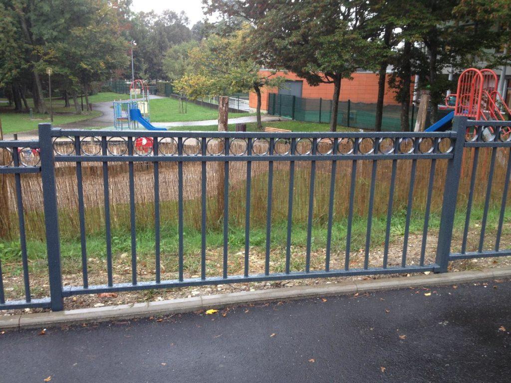 Ferney-Voltaire fabrication et pose d'une clôture de parc de jeux