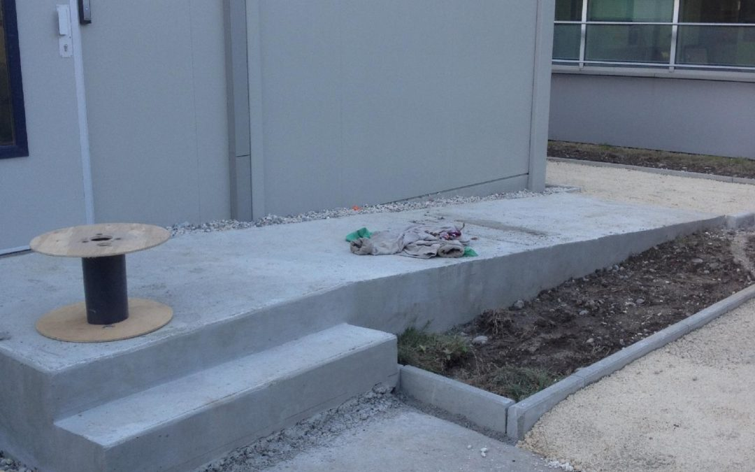 À Gaillard dans l'Ain, réalisation d'une rampe d'accès en béton pour les personnes à mobilité réduite.