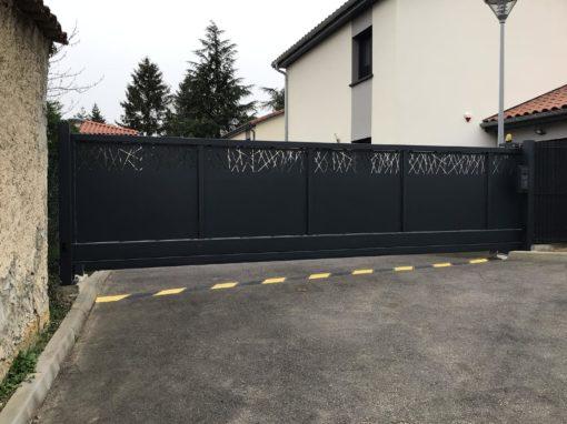 Fabrication d'un portail coulissant autoportant sur mesure pour un lotissement Collonges au mont-d'or 69660 Rhône