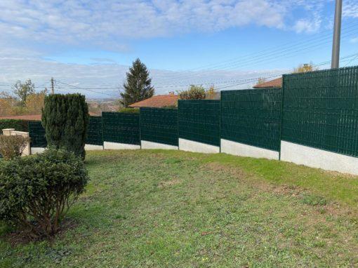 Pose d'une clôture et occultant à Jassans Riottier 01480 avec plaques de soubassement et panneaux rigides de béton