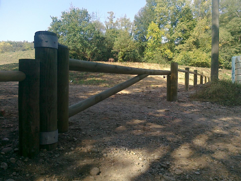 Fourniture et pose de barrières en bois chemin pédestre à Reyrieux - AIN